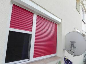 Rulouri exterioare rosii cu plasa incorporata montate in Bucuresti